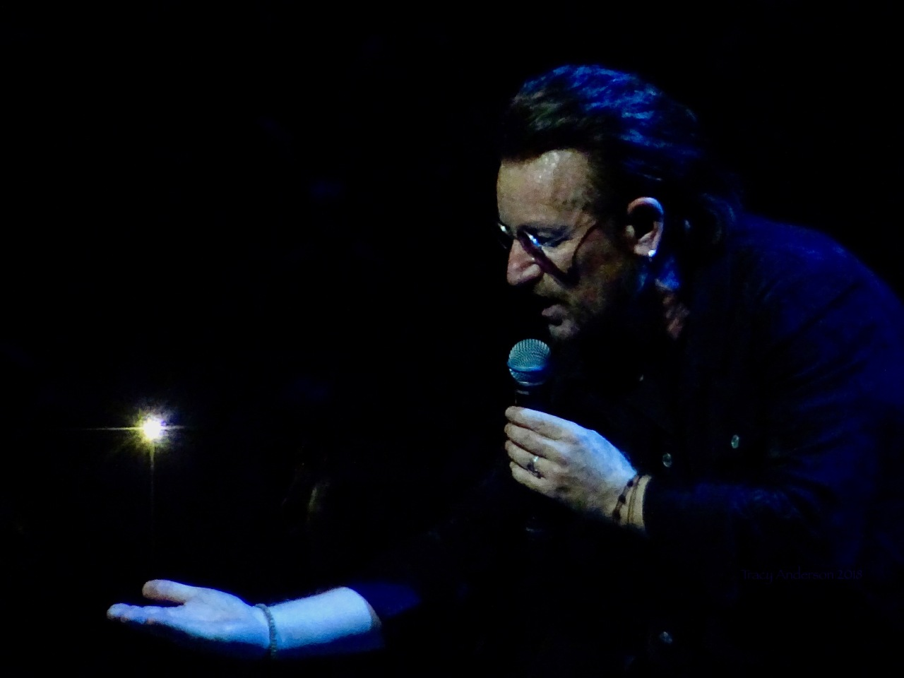 Bono holding star U2 eXPERIENCE & iNNOCENCE Tour NJ June 29 2018